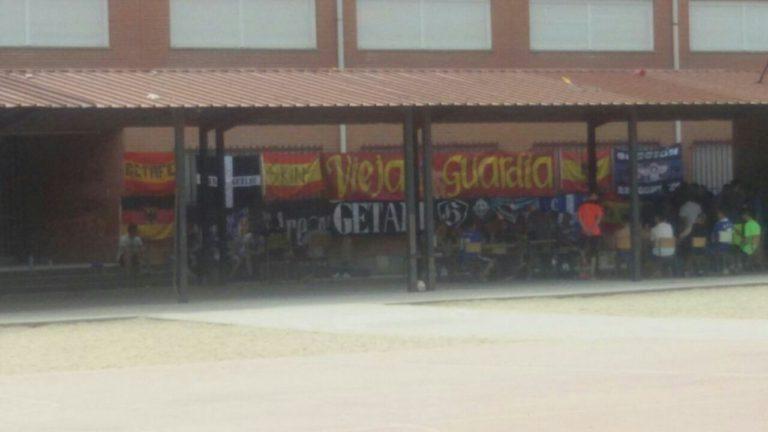 Banderas con simbolos y emblemas neonazis. Foto: vecino de Getafe